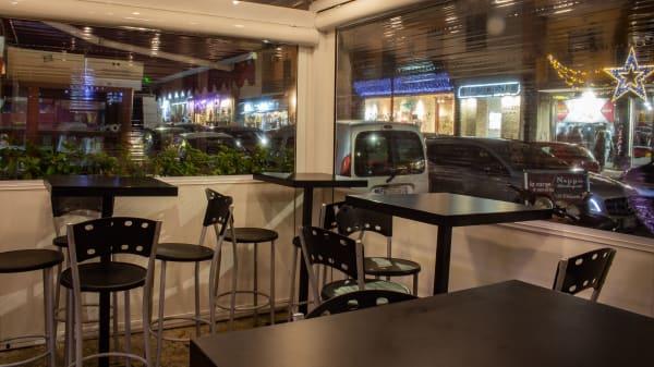 Struttura esterna con sedute e tavolini alti.  - Hamburgheria Nappo, Naples